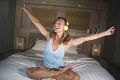 Attraktive und glückliche kaukasische blonde Frau 30s im Bett ist zu Hause Stockfoto