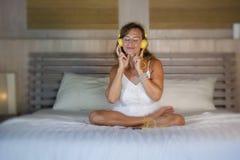 Attraktive und glückliche kaukasische blonde Frau 30s im Bett ist zu Hause Stockbilder