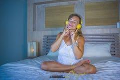 Attraktive und glückliche kaukasische blonde Frau 30s im Bett ist zu Hause Lizenzfreie Stockfotos