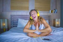 Attraktive und glückliche kaukasische blonde Frau 30s im Bett ist zu Hause Stockbild