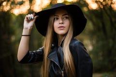 Attraktive und moderne Frau im Freien Porträt reizend junger Dame, die auf Luft im Park stillsteht Lizenzfreies Stockfoto