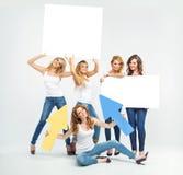 Attraktive und nette Frauen, die etwas fördern Stockbilder