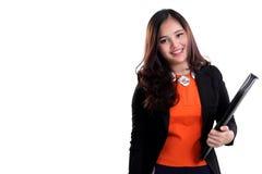 Attraktive Unternehmensfrau, die einen Ordner lokalisiert trägt stockfotografie