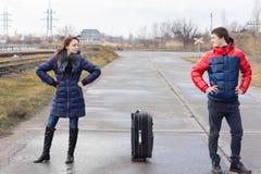 Attraktive verärgerte junge Paare Stockfotos
