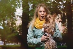 Attraktive verrückte blonde junge Frau sagt wow in der Überraschung, die in camera schaut Lizenzfreies Stockfoto