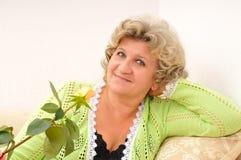 Attraktive von mittlerem Alter Frauenholding stieg Stockbilder