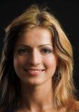 Attraktive vorbildliche Gesichtsnahaufnahme auf schwarzem Hintergrund Stockfotografie