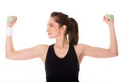 Attraktive weibliche Übung unter Verwendung der halben Kilogewichte Lizenzfreie Stockbilder