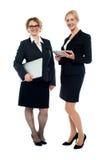 Attraktive weibliche Führungskräfte, Schuss in voller Länge stockfotos