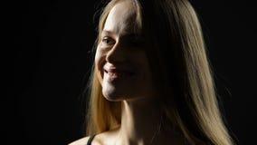 Attraktive weibliche Kopf hebende und lächelnde Frau, Naturschönheit, Vertrauen stock video footage