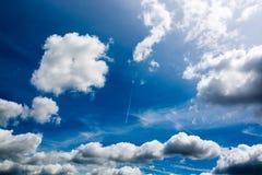 Attraktive Wolken gegen tiefen blauen Himmel - abstrakter Hintergrund Stockbilder