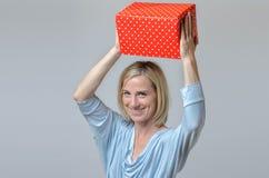 Attraktive youngy Dame mit einem großen Weihnachtsgeschenk Stockfoto