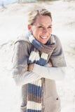 Attraktive zitternde blonde Stellung auf dem Strand Stockbilder