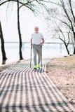 Attraktiver älterer Mann, der Renndas gehen entdeckt lizenzfreies stockbild