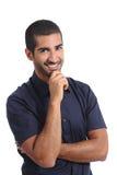 Attraktiver arabischer nachdenklicher Mann, der Kamera denkt und betrachtet lizenzfreies stockbild