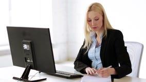 Attraktiver Büroangestellter stock footage