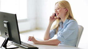 Attraktiver Büroangestellter, der Telefonanruf entgegennimmt stock video
