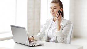 Attraktiver Büroangestellter, der Telefonanruf entgegennimmt stock footage