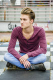 Attraktiver blauäugiger, blonder junger Mann Stockfoto