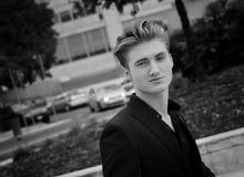 Attraktiver blauäugiger, blonder junger Mann draußen in der Stadt Stockfotos