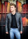 Attraktiver blonder behaarter junger Mann, der draußen steht Lizenzfreies Stockfoto