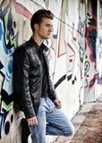 Attraktiver blonder behaarter junger Mann, der draußen steht Stockbild