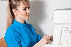 Attraktiver blonder Doktor bei der Arbeit Stockfotografie