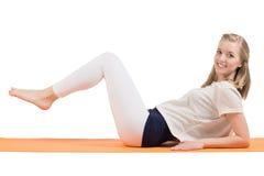 Attraktiver blonder Frauentrainingsmagen, -hinterteile, -hüften und -beine stockfoto