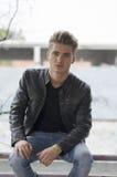 Attraktiver blonder junger Mann in der Stadtumwelt Lizenzfreies Stockfoto
