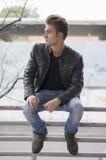 Attraktiver blonder junger Mann in der Stadtumwelt Lizenzfreie Stockbilder