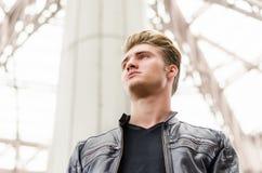 Attraktiver blonder junger Mann in der Stadtumwelt Stockbilder