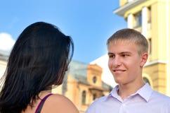 Attraktiver blonder Mann, der an seiner Freundin lächelt Lizenzfreie Stockbilder