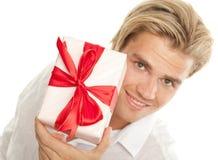 Attraktiver blonder Mann mit Geschenk lizenzfreies stockbild