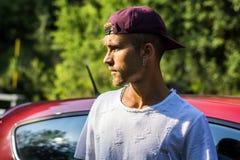 Attraktiver blonder Mann nahe bei seinem neuen stilvollen Auto Lizenzfreies Stockbild