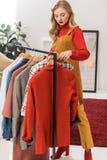 attraktiver blonder Modedesigner, der mit Kleidung arbeitet lizenzfreie stockfotografie