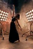 Attraktiver blonder Tänzer der jungen Frau auf dem Stadium mit Lichtern im Dachbodenhintergrund Lizenzfreies Stockbild