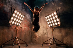 Attraktiver blonder Tänzer der jungen Frau auf dem Stadium mit Lichtern im Dachbodenhintergrund Lizenzfreies Stockfoto