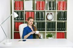 Attraktiver blonder trinkender Kaffee der Geschäftsfrau Lizenzfreie Stockbilder