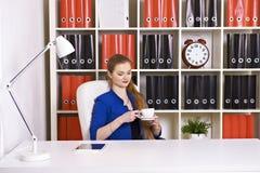 Attraktiver blonder trinkender Kaffee der Geschäftsfrau Lizenzfreies Stockfoto