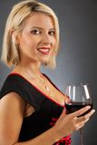 Attraktiver blonder trinkender Rotwein Stockbilder