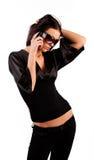 Attraktiver Brunette, der durch Telefon benennt Stockfoto