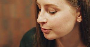 Attraktiver Brunette, der ein Stück des Kuchens in einem Café isst stock video footage