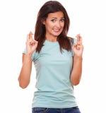 Attraktiver Brunette, der einen Wunsch mit Glückzeichen macht Stockbilder