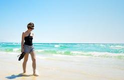Attraktiver Brunette, der entlang Strand geht Lizenzfreie Stockfotos