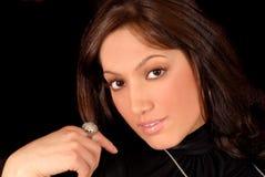 Attraktiver Brunette mit einem reizvollen Lächeln Stockfotos