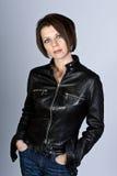 Attraktiver Brunette mit Lederjacke und Jeans Stockfotos