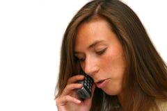 Attraktiver Brunette am Telefon Stockfotografie