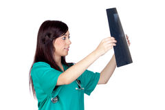 Attraktiver Brunettedoktor mit einer Röntgenfotografie Lizenzfreie Stockbilder