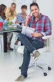 Attraktiver Designer sitzen in seinem Büro Lizenzfreie Stockfotografie