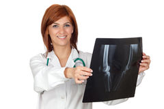 Attraktiver Doktor, der eine Röntgenfotografie schaut Stockfotos